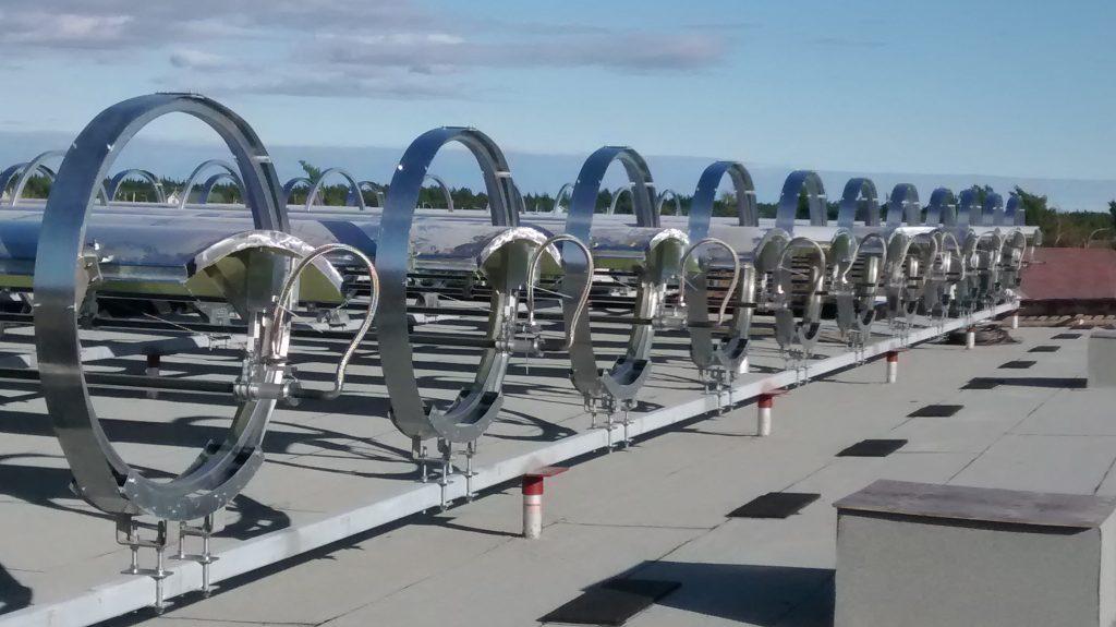 Photo du bâtiment Alouette à Sept-Îles et du champs de concentration solaire de Rackam sur son toit